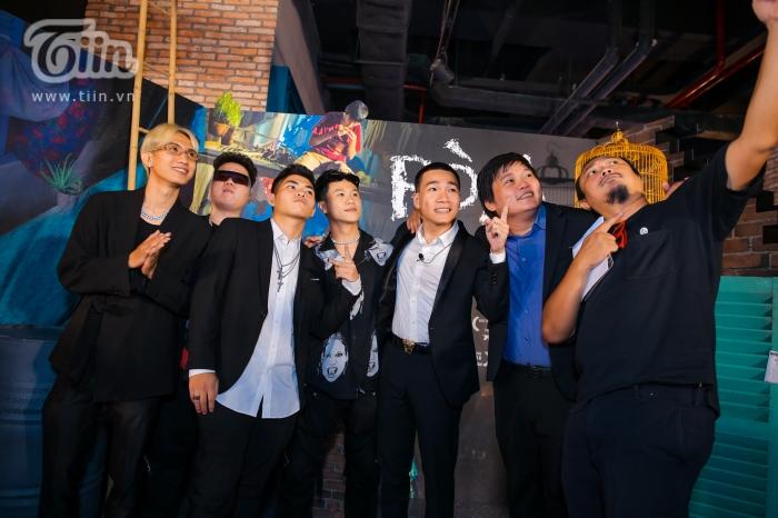 Đạo diễn Phan Gia Nhật Linh, Thanh Huy và Wowy cùng dàn thí sinh Rap Việt