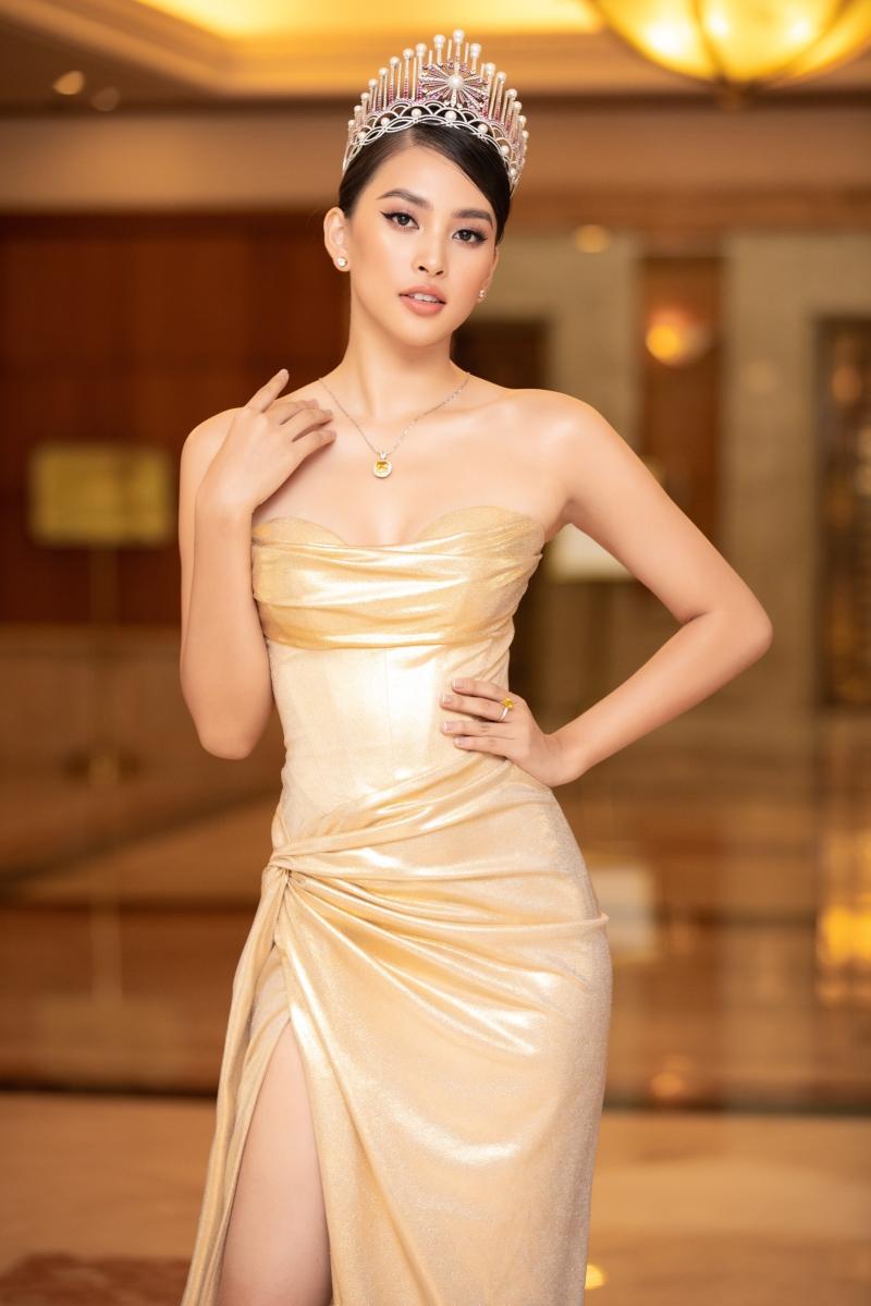 Hoa hậu Tiểu Vy - đương kim Hoa hậu Việt Nam 2018, là cái tên được quan tâm nhất tại sự kiện khi chỉ còn vài tháng nữa cô sẽ trao lại vương miện cho người kế nhiệm.