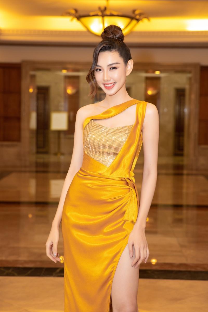 Song hành cùng cô trên sân khấu họp báo còn có Người đẹp Nhân ái Thùy Tiên với vị trí MC thảm đỏ. Cô nàng không kém phần nổi bật khi lựa chọn bộ cánh vàng rực.