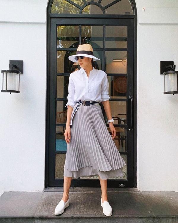 Không khó để bắt gặp 'ngọc nữ màn ảnh Việt' chọn những chiếc sơ mi trắng kết hợp với quần skinny hay chân váy midi basic. Một công thức phối đồquen thuộc nhưng mang hiệu quả làm đẹp cực cao.