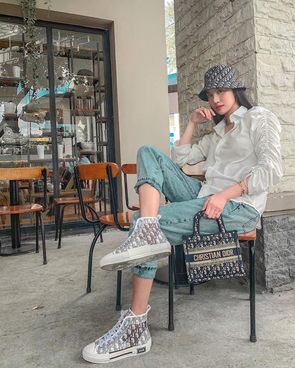 Siêu mẫu Lan Khuê 'cool ngầu' với set đồ gồm quần jean tối giản, áo sơ mi tay rút kết hợp với túi xách Dior sang trọng.