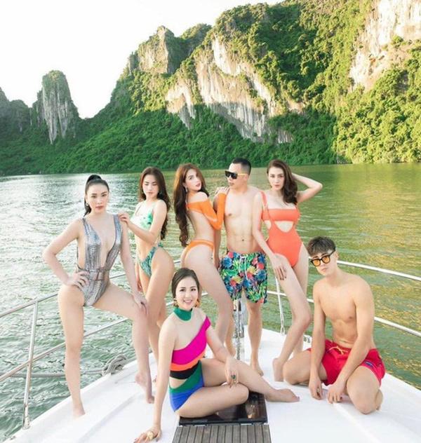 Bên cạnh những bộ cánh trắng sang chảnh, team của Ngọc Trinh còn chọn dress code là những bộ đồ bơi màu mè bảy sắc cầu vồng, cắt xẻ táo bạo.