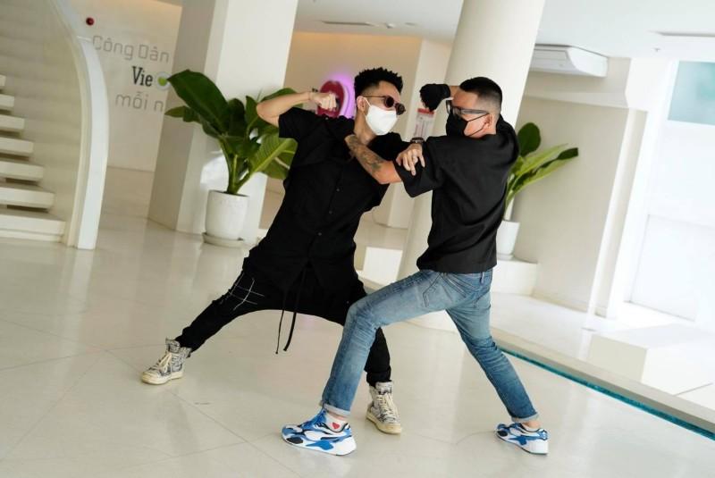 Wowy và Rhymastic từng bị đồn thổi là xảy ra ẩu đả tại bãi xe của Rap Việt.