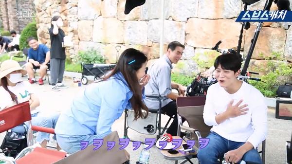 Sau phần trả lời Joo Won cũng thú nhận cảm giáchồi hộp khi thử test máy nói dỗi.