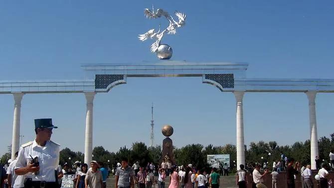 Người dân Uzbekistan đi bộ tại công viên thành phố Tashkent, thủ đô củaUzbekistan.