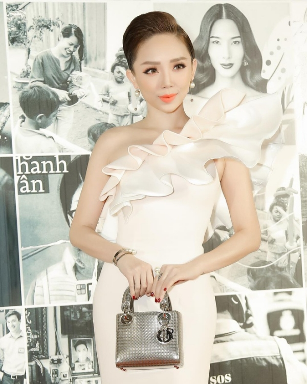 Trước đây Tóc Tiên từng sở hữu chiếc túi xịn của Dior giá hơn 90 triệu VNĐ.