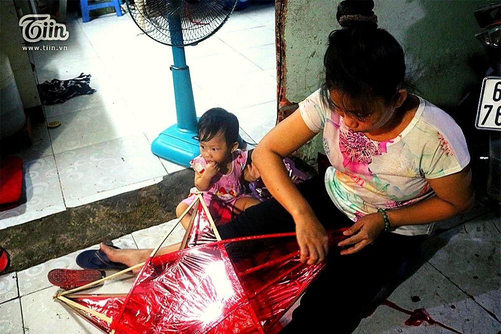 Số tiền kiếm được từ việc dán giấy kiếng giúp chị Nhung đỡ đần được tiền thuê nhà, phí sinh hoạt và nuôi con nhỏ