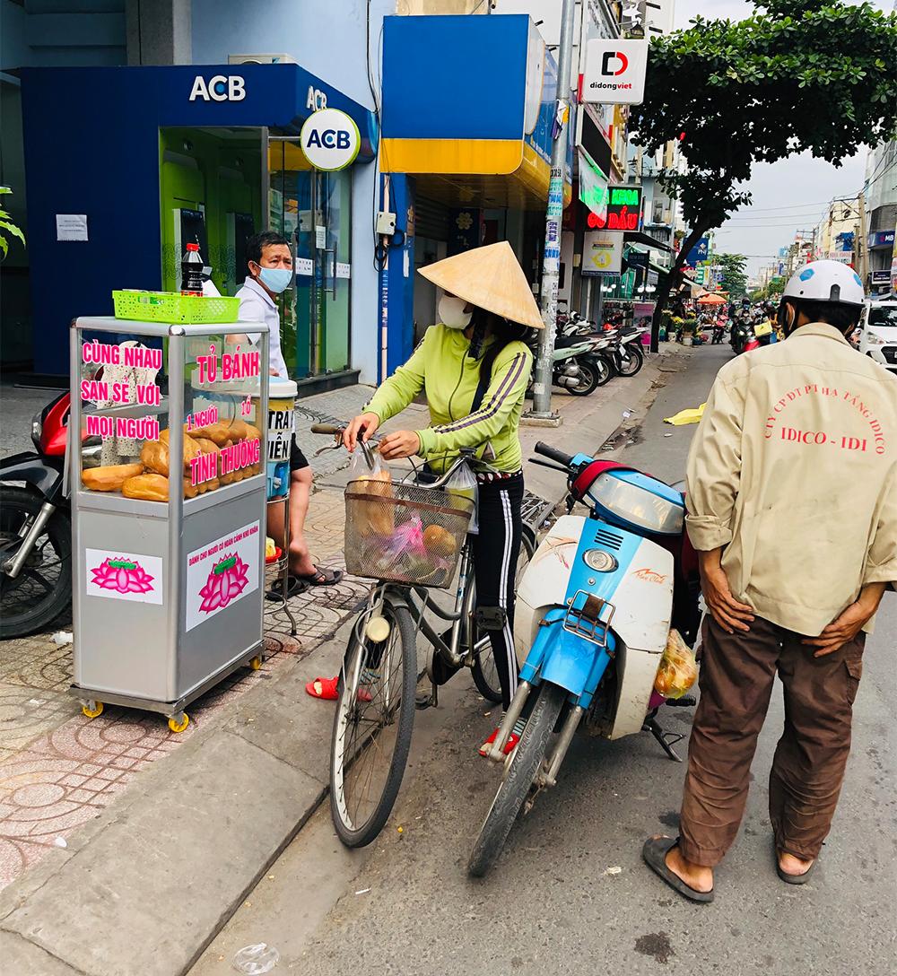 Tủ bánh tình thương đặt ngay ngắn bên đường Tân Hương làm nhiều người chú ý