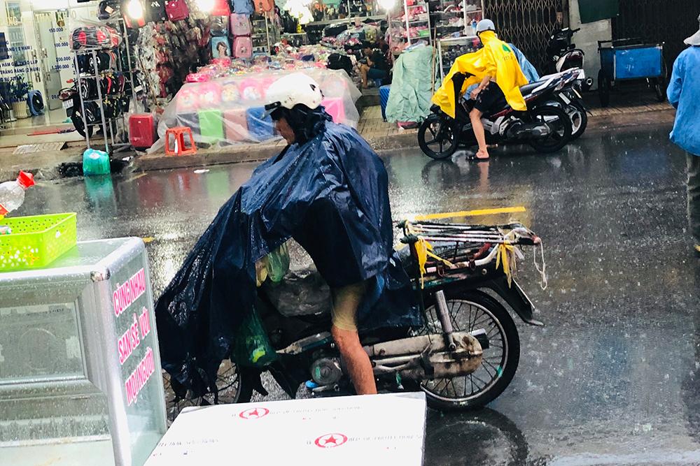 Nhiều người vẫn đội mưa đến để nhận giúp đỡ