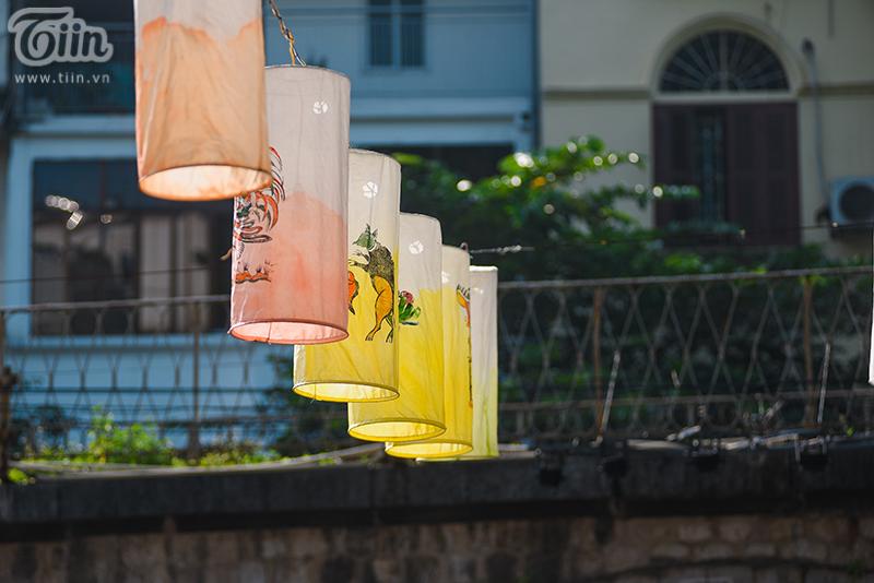 Những chiếc đèn lồng được trang trí với họa tiết tối giản và tinh tế, nhưng vẫn tạo được màu sắc truyền thống và bắt mắt.