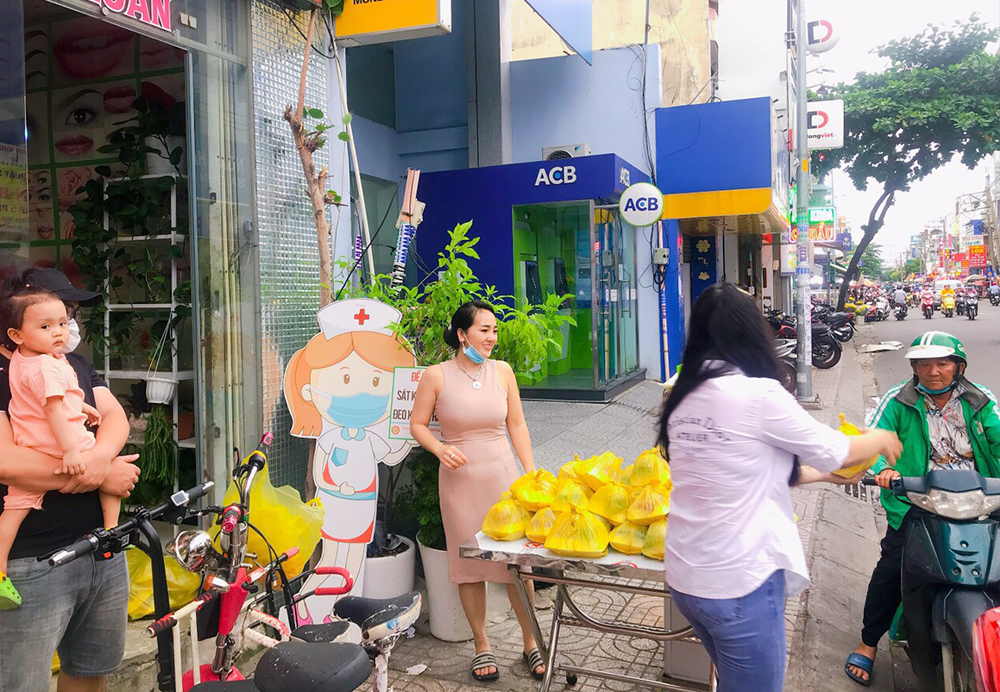 Chị Loan cũng thường cùng bạn bè góp tiền để phát cơm, phát sữa từ thiện vào dịp lễ, rằm, ngày nghỉ
