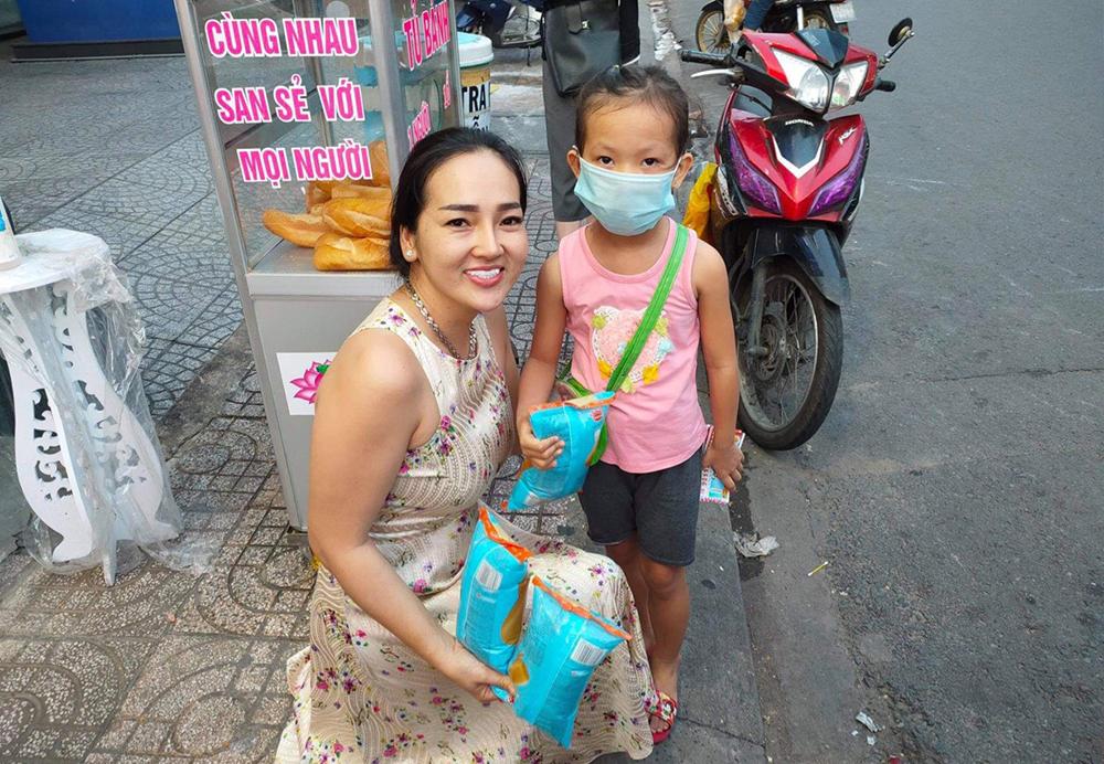 Mặc kệ dư luận trái chiều và nhiều lần bị ném đá, chị Loan vẫn quyết tâm làm thiện nguyện, giúp đỡ người kém may mắn, đặc biệt là trẻ em
