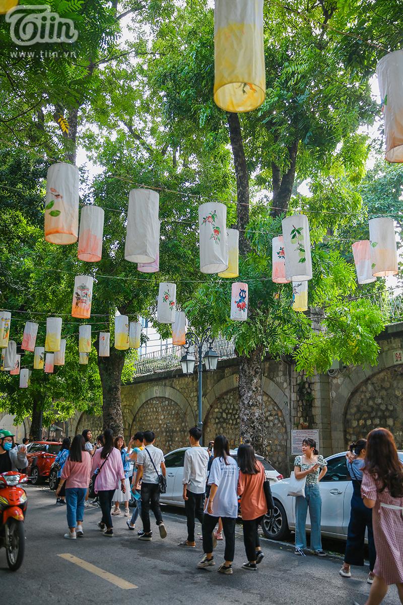 Phố bích họa Phùng Hưng giăng hàng nghìn chiếc đèn lồng trải dài, giới trẻ đổ xô đến check in dịp Tết Trung Thu 7