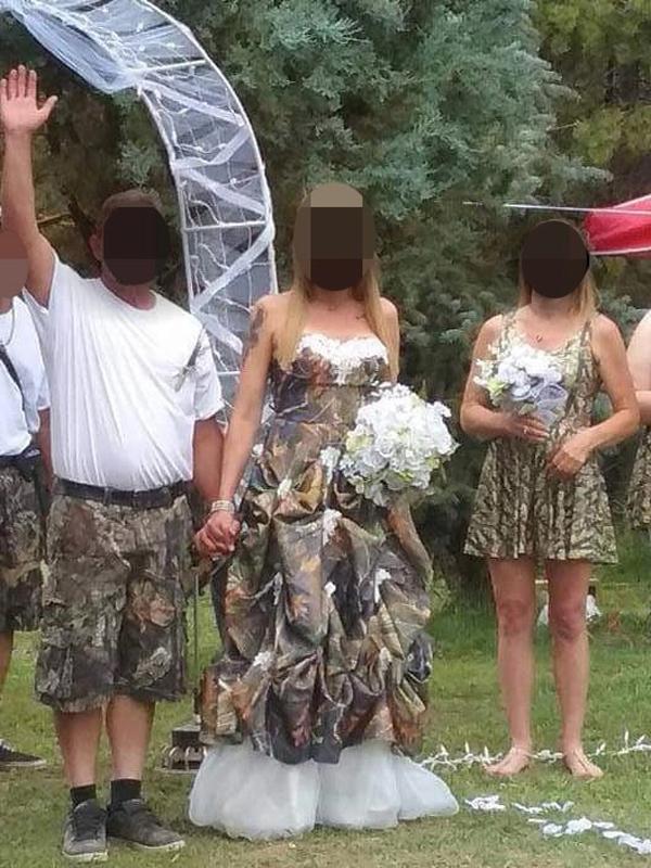 Dàn phù dâu mặc váy ngắn không tay đơn giản đứng bên cạnh cô dâu.
