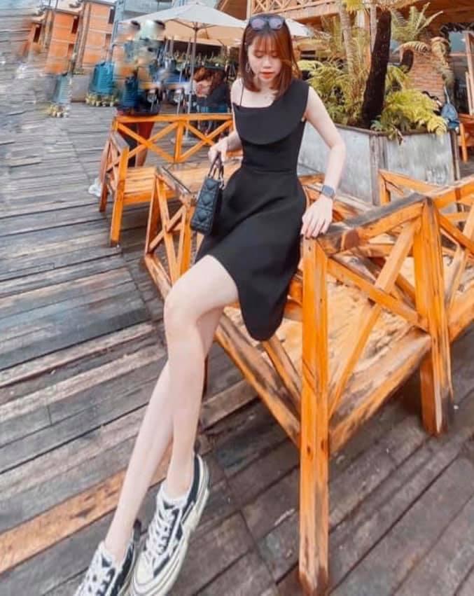 Một người khác chú ý đến đôi chân của Huỳnh Anh, còn 'có lòng' kéo chân cho cô nàng dài miên man nhìn phát hoảng.