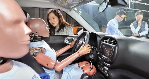 Người thể lực thấp, bé khi ngồi ở ghế phụ phía trước có nguy cơ cao đập thẳng đầu vào taplô ôtô khi có tai nạn. Ảnh: Motoringresearch.