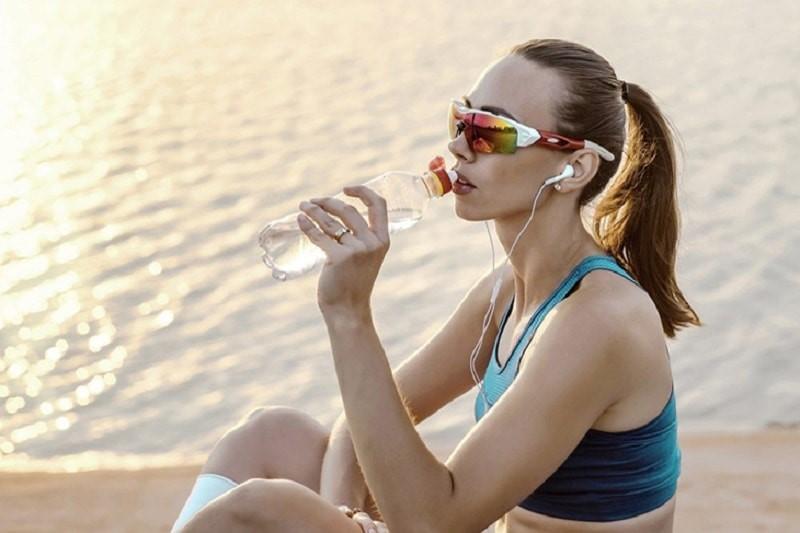 Đeo kính khi chạy bộ