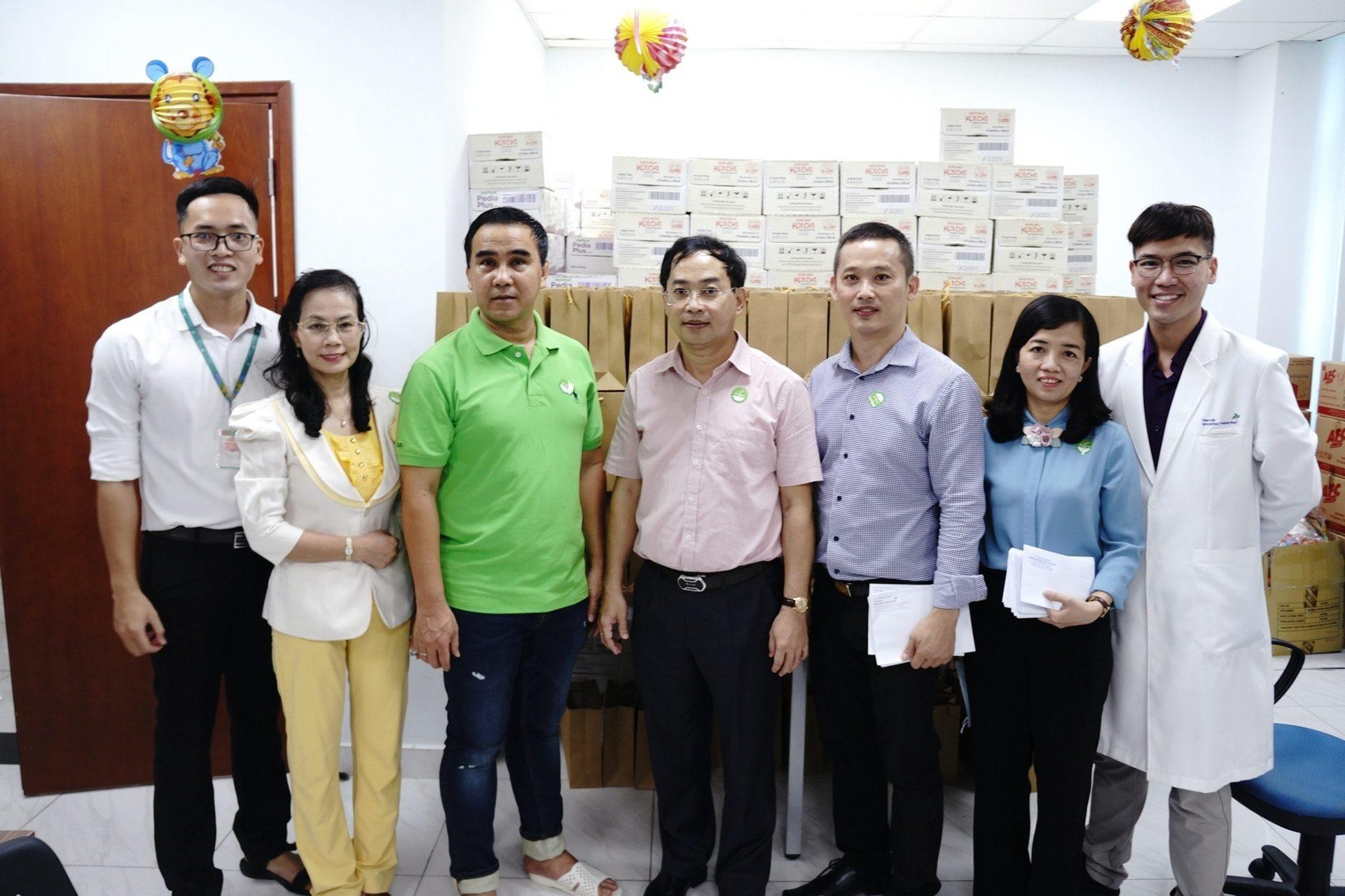 Trúc Nhi - Diệu Nhhi được MC Quyền Linh, lãnh đạoUỷ Ban Nhân Dân Huyện Bình Chánh, các quý nhà hảo tâm đến thăm và tặng quà trước khi xuất viện