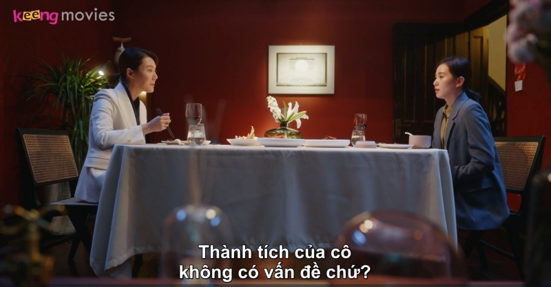 Thấy Tư Vũ ủ rũ, Vương tổng ngỏ ý quan tâm và còn nói sẽ giúp cô nàng tìm thêm khách hàng