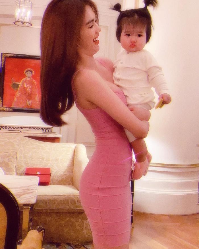Từng 'muối mặt' vì lộ bụng mỡ 'kém duyên', Ngọc Trinh quyết định 'phục thù' mẫu váy 9 năm trước 2