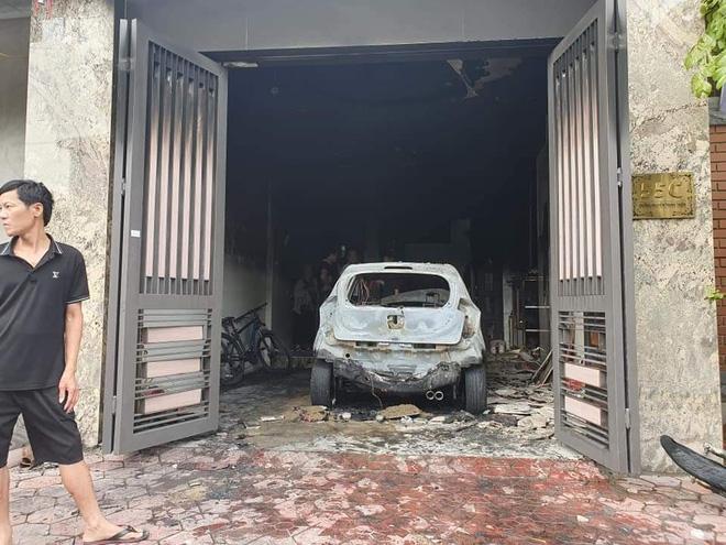 Chiếc xe ô tô bị cháy rụi.