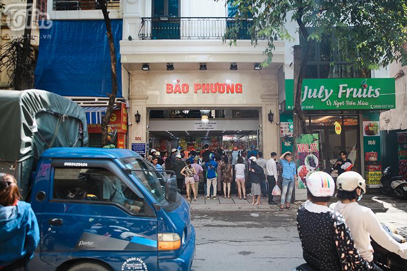 Khách đứng tràn ra đường chờ mua bánh trung thu ở tiệm bánh nổi tiếng Hà Nội, nhân viên quá tải 0