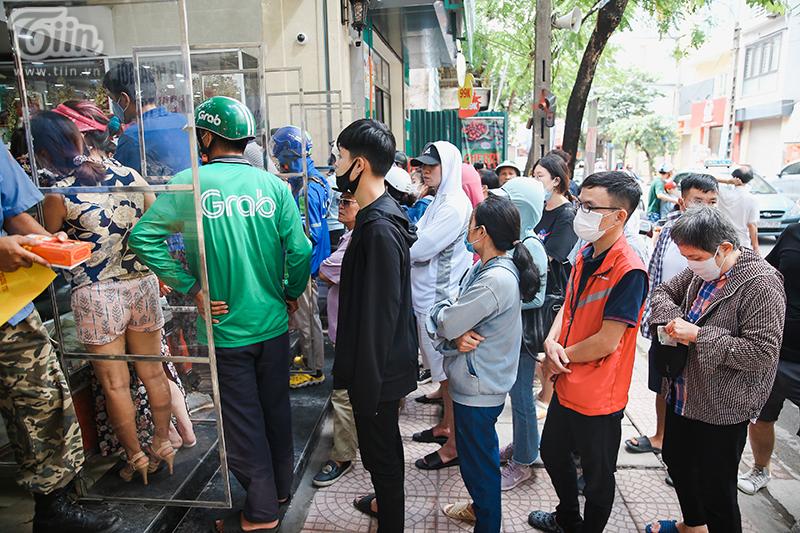 Khách đứng tràn ra đường chờ mua bánh trung thu ở tiệm bánh nổi tiếng Hà Nội, nhân viên quá tải 1