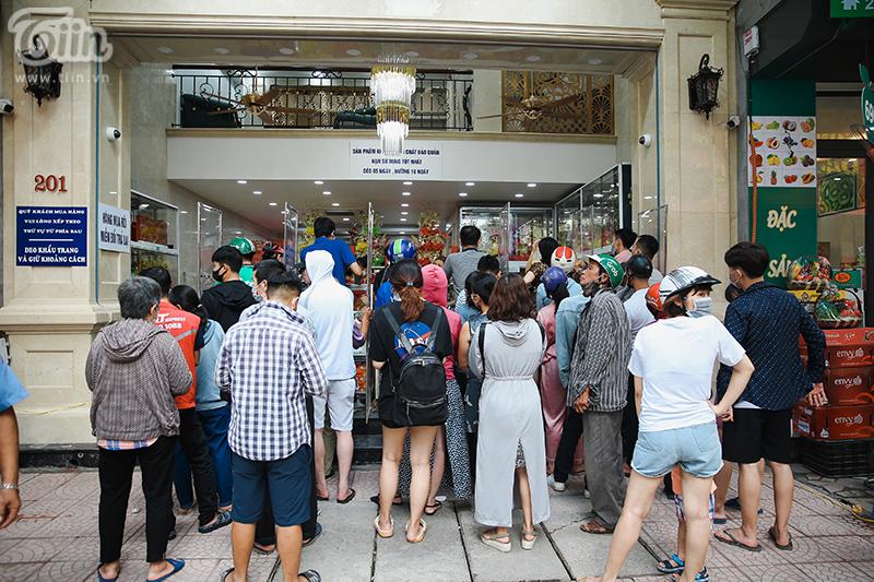 Khách đứng tràn ra đường chờ mua bánh trung thu ở tiệm bánh nổi tiếng Hà Nội, nhân viên quá tải 2