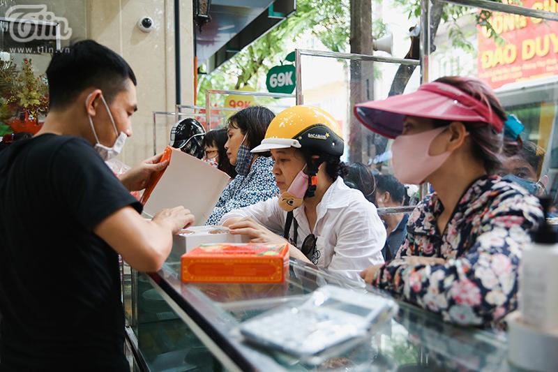 Tại cửa hàng số 201 Thụy Khuyê,khách hàng phải xếp hàng theo từng ô có vách ngăn.