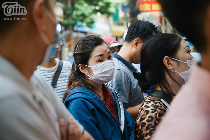 Khách đứng tràn ra đường chờ mua bánh trung thu ở tiệm bánh nổi tiếng Hà Nội, nhân viên quá tải 4
