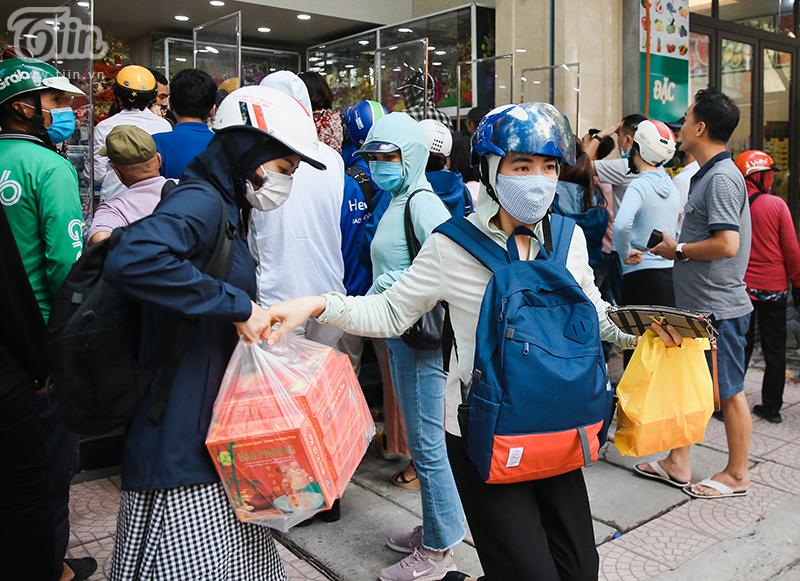 Khách đứng tràn ra đường chờ mua bánh trung thu ở tiệm bánh nổi tiếng Hà Nội, nhân viên quá tải 6