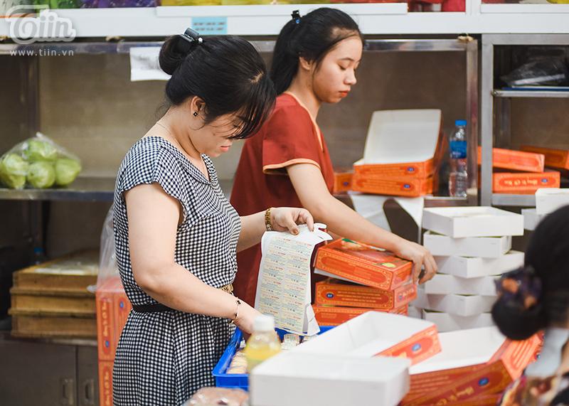 Phía bên trong cửa hàng, nhân viên phải làm việc không ngừng nghỉ để đảm bảo lượng bánh bán cho khách