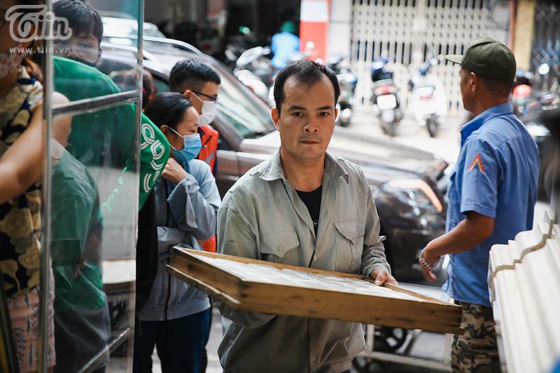 Bánh mới luôn được cập nhật liên tục để đảm bảo đủ hàng bán cho khách