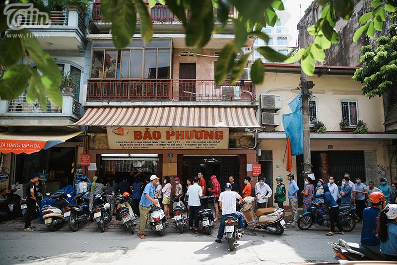 Khách đứng tràn ra đường chờ mua bánh trung thu ở tiệm bánh nổi tiếng Hà Nội, nhân viên quá tải 11
