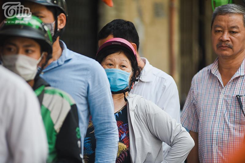Khách đứng tràn ra đường chờ mua bánh trung thu ở tiệm bánh nổi tiếng Hà Nội, nhân viên quá tải 13