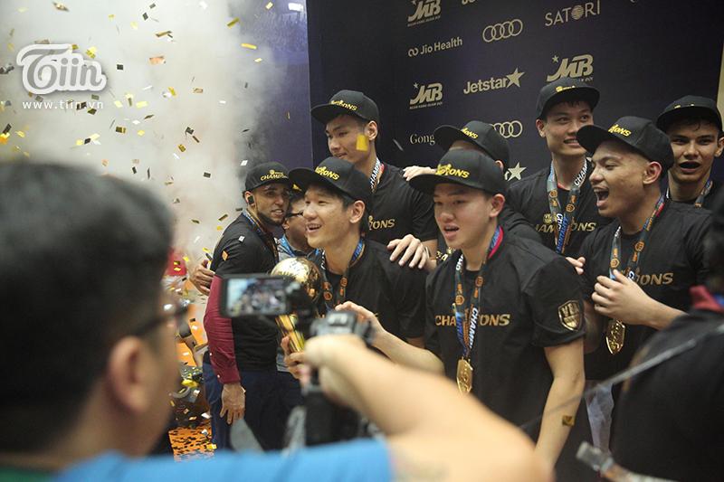 Saigon Heat vỡ òa nâng cao cúp vô địch VBA 2019