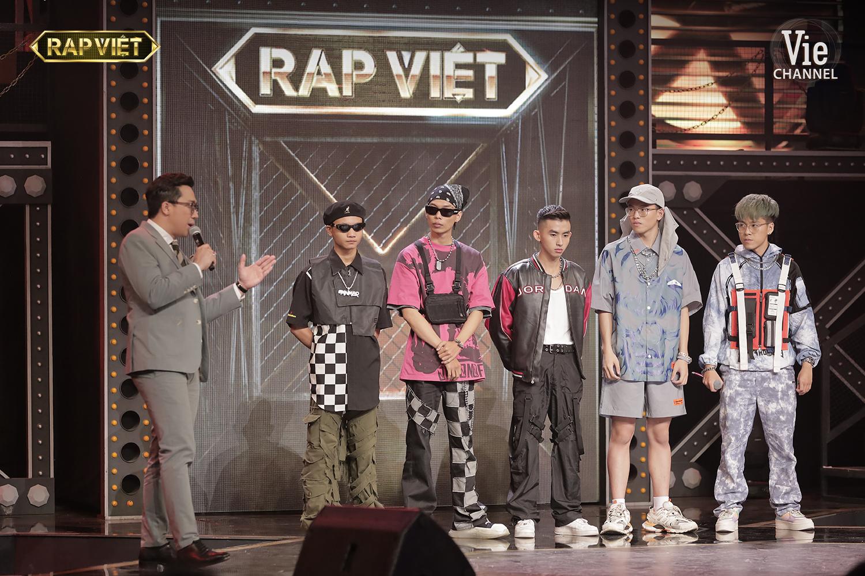 'Rap Việt'tập 9: Suboi ra toàn đề tài 'oái oăm', Tlinh 'diệt gọn' đối thủ, Tage bật chế độ 'không có bố' 14