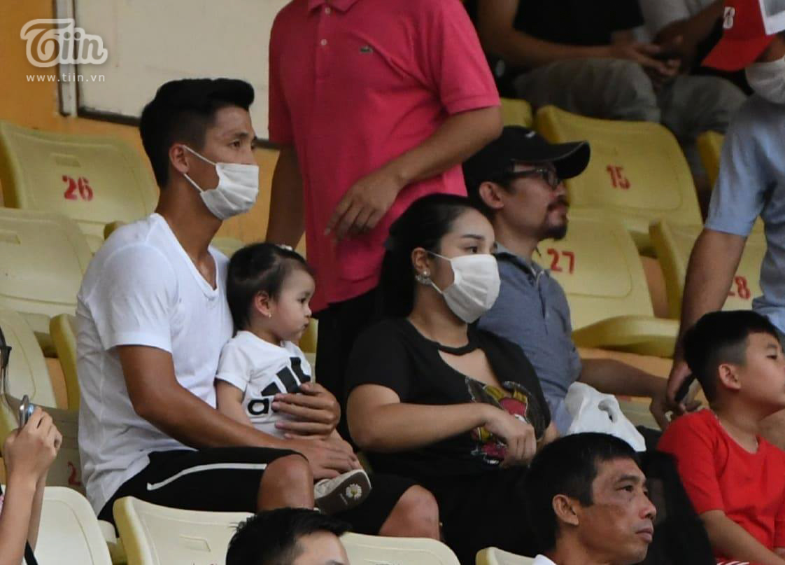 Bùi Tiến Dũng cùng vợ và con gái xuất hiện trên khán đài để theo dõi trận đấu giữa Viettel và Sài Gòn