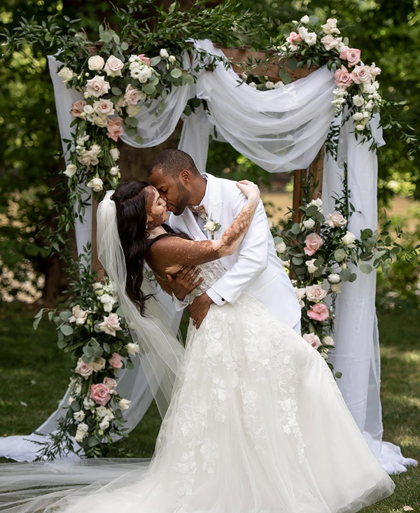 Cặp đôi miêu tả hôn lễ nhỏ của họ như một câu chuyện cổ tích.