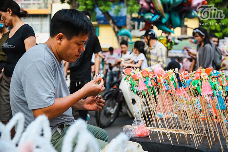 Cuối tuần, dòng người chen chúc đổ về phố Hàng Mã, phố bích họa Phùng Hưng: 'Chôn chân' 30 phút chưa tìm thấy lối ra 2
