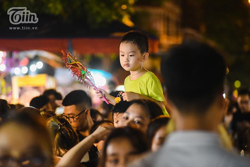 Cuối tuần, dòng người chen chúc đổ về phố Hàng Mã, phố bích họa Phùng Hưng: 'Chôn chân' 30 phút chưa tìm thấy lối ra 17
