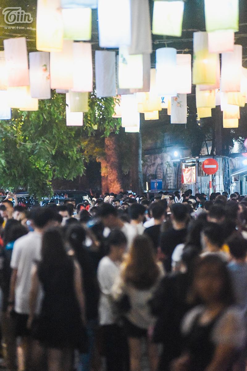 Choáng với cảnh tượng đông đúc không chỗ đứng ở phố bích họa Phùng Hưng.