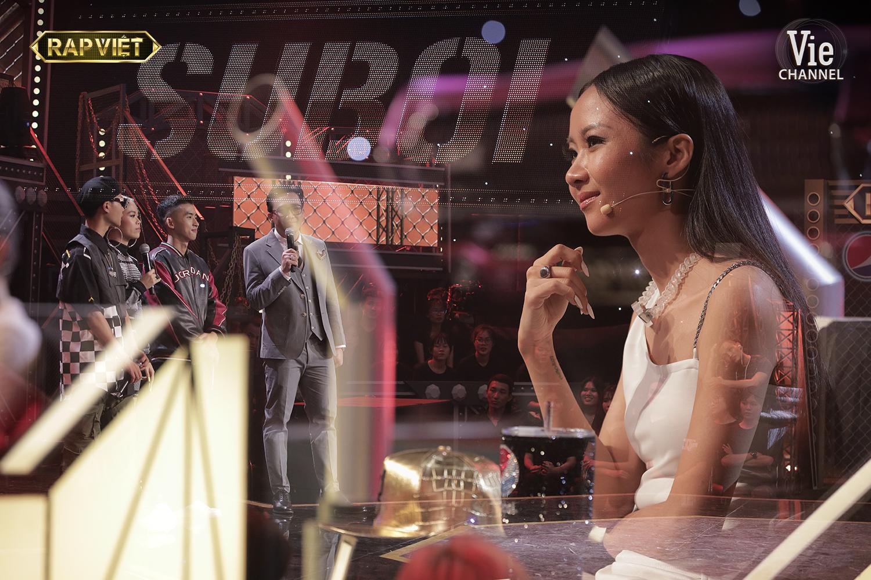 HLV Suboi có những giây phút xúc động vì chứng kiến sự trưởng thành của các thí sinh team mình.