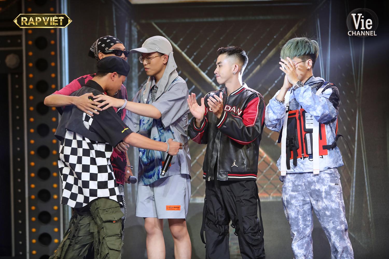AK49 là thí sinh được 'giải cứu' với màn rap freestyle cực chất. Nhưng hành động đầu tiên anh làm sau khi được công bố đi tiếp vào vòng sau không phải là ăn mừng hay tỏ ra đắc ý, mà là dành cho những người còn lại một cái ôm.