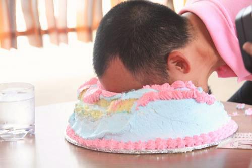 Cảnh báo: Úp bánh kem sinh nhật vào mặt người khác và nguy hiểm khôn lường không ai ngờ tới 0