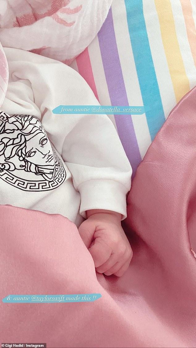 Hình ảnh con gái cưng nhà Gigi Hadid diện quà từ Versace và Taylor Swift.