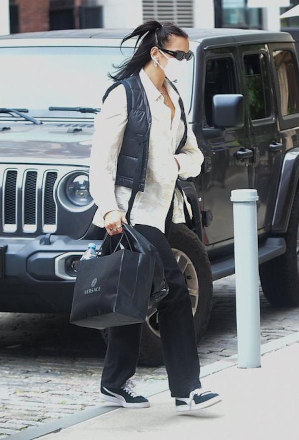 Dua Lipa cũng tới cửa hàng Versace để mua quà cho con gái Gigi Hadid.