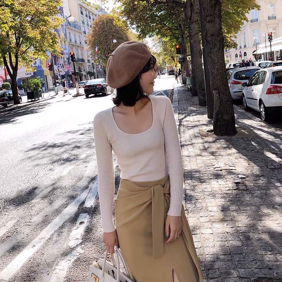 Chân váy dài qua gối tạo sự cân bằng khi phối cùng áo cổ vuông. Chiếc mũ nồi màu nâu hoàn thiện bộ trang phục dạo phố ngọt ngào và nữ tính.
