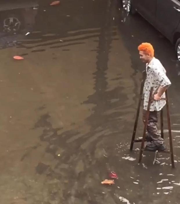Bình tĩnh đi lại giữa trời mưa không lo bị ướt.Ảnh: Trần Quốc Khánh/ Hà Nội Của Tôi