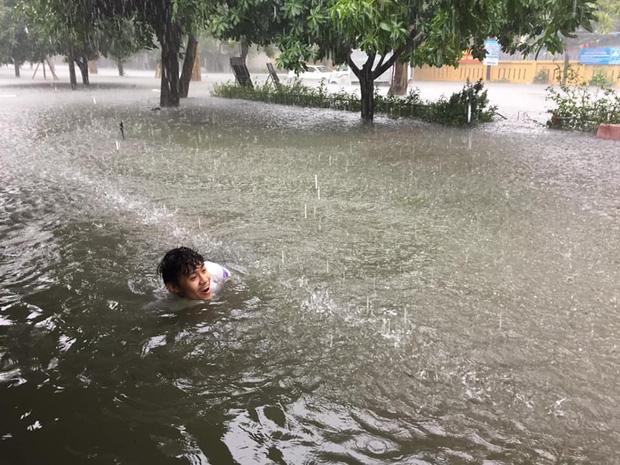 Trời ngập lụt và sân trường biến thành biển nước nghĩa là mỗi ngày đi học trở thành buổi học bơi.(Ảnh: Trần Sơn/ Group Trường Người Ta)